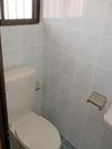 トイレ。換気窓有り、掃除しやすいタイル式